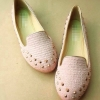รองเท้าส้นเตี้ย ทรงมอคคาซีน ปักหมุดทอง ตัวรองเท้าเป็นผ้าสีชมพูอ่อน