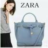 ZARA สวยที่สุด เริ่ดคุ้มค่าสมราคา งานเนี้ยบเป๊ะ กับรุ่นขายดีประจำปีรุ่นนี้ แบบคุณหนูสวยๆจาก Zara กระเป๋าทรง Tote Bag แต่งปากกระเป๋าด้วยเข็มขัดร้อยพับปลายทบลงมาสุดเก๋ มีสายสะพายยาว แพ็คเกจมาแบบมีถุงผ้ากันฝุ่น พร้อมถุงกระดาษจากช็อป Zara แถมด้านในกระเป๋านังใ