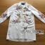 เสื้อผ้าเกาหลี พร้อมส่งเชิ้ตเดรสสีขาวปักลายครอสติส thumbnail 9