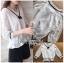เสื้อผ้าเกาหลีพร้อมส่ง เสื้อผ้าลูกไม้สีขาวตกแต่งริบบิ้นสีดำสไตล์วินเทจ thumbnail 15