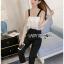 เสื้อผ้าแฟชั่นพร้อมส่ง จัมป์สูทผ้าลูกไม้ระบายสีขาวและกางเกงผ้าเครปสีดำ thumbnail 5