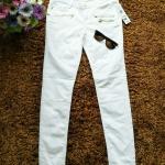 กางเกงยีนส์แท้ สีขาว ผ้ายืดได้ค่ะ ทรงเดฟเอวต่ำ แต่งซิบเก๋ๆค่ะ แบรนด์ min แท้ค่ะ size m - เอว 29-33 สะโพก 35-38 นิ้ว ยาว 30 นิ้ว
