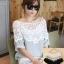 เสื้อแฟชั่นแต่งไหล่ผ้าลูกไม้สีขาวแขนสั้น แบบสวยหวานสไตล์เกาหลี 2 สี รหัส 1777 thumbnail 1