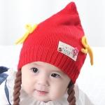 หมวกไหมพรมเด็กหญิงยอดแหลมแต่งโบว์ พร้อมสายเปียห้อยปอมปอม (สีแดง)