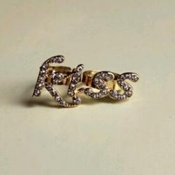 Kiss Me Double Ring แหวนคู่สีทองรูปตัวอักษร kiss แต่งคริสตัล จูบฉันสิที่รัก!